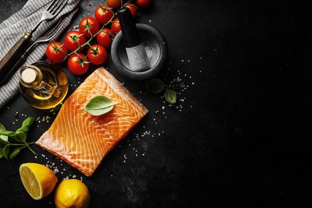 Salmón con ingredientes en la mesa