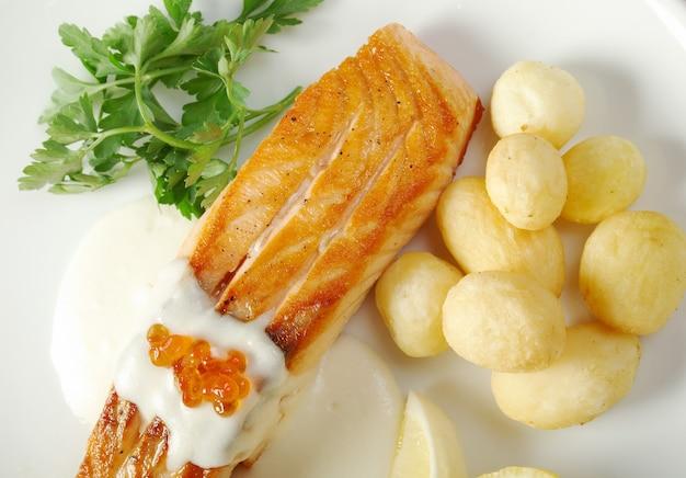 Salmón con patata. poca profundidad de campo