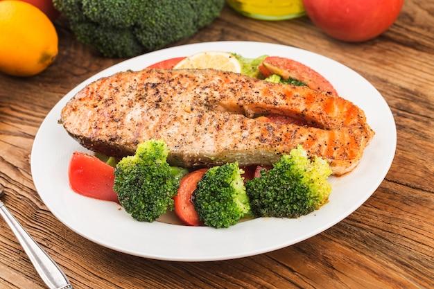Salmón a la plancha con diversas verduras en un plato