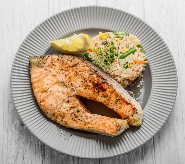 Salmón a la plancha con verduras y arroz