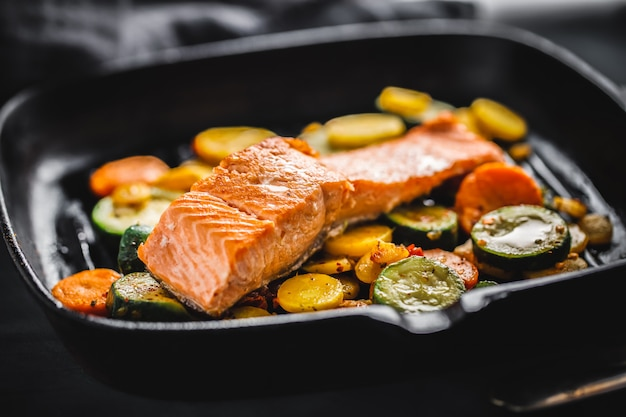 Salmón a la plancha con verduras en sartén