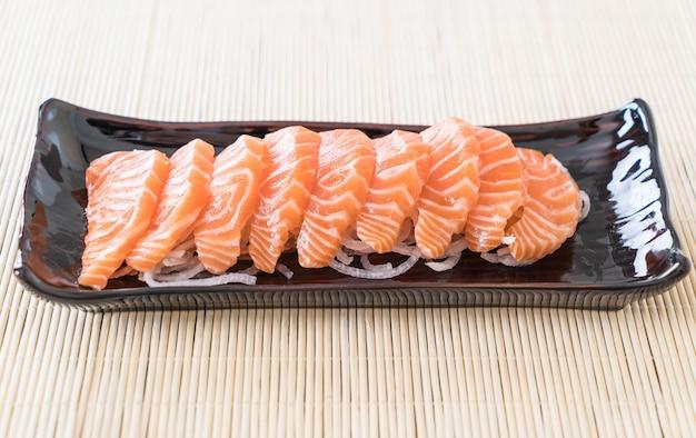 Salmón sashimi crudo