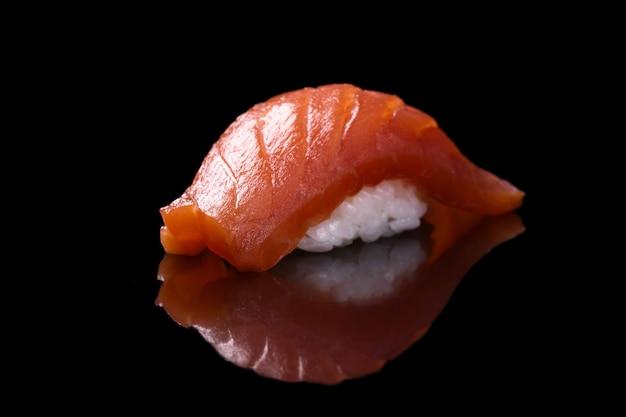 Salmón sushi sobre negro