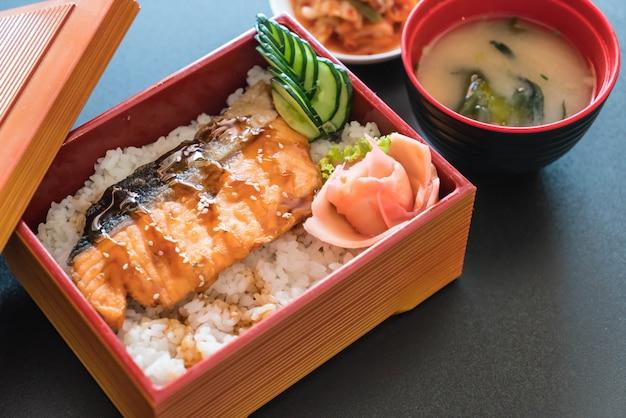 Salmón teriyaki en el arroz superior en caja