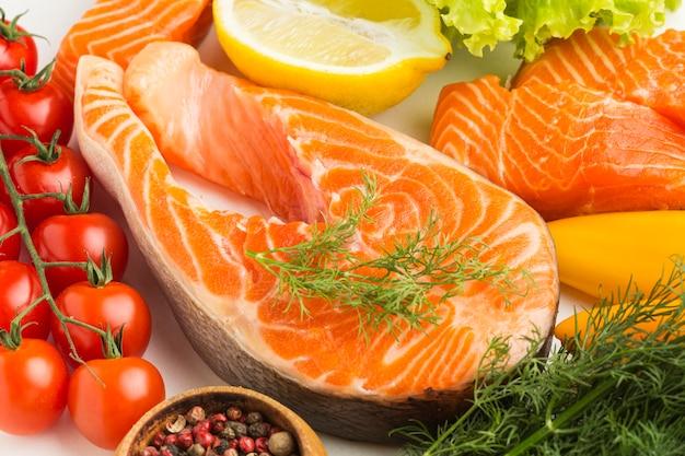 Salmón y verduras de alto ángulo