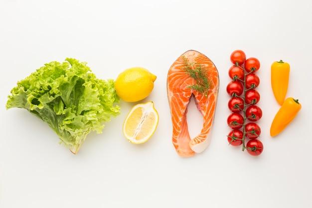 Salmón y verduras laicos planos