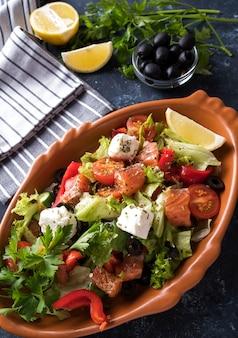 Salmón con verduras, queso y aceitunas negras. de cerca