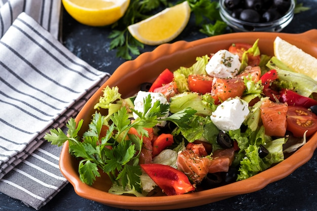 Salmón con verduras, queso y aceitunas negras.
