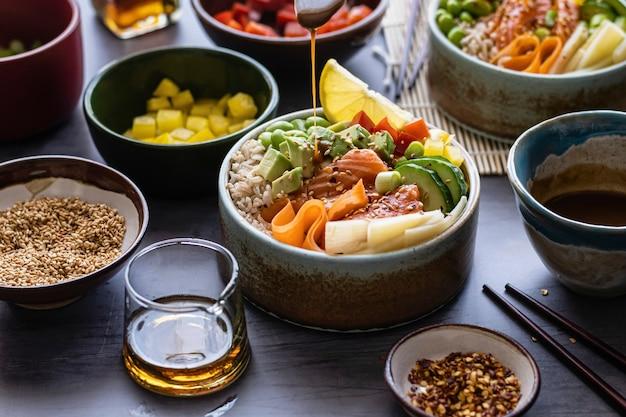 Salmón con verduras sobre fotografía de arroz