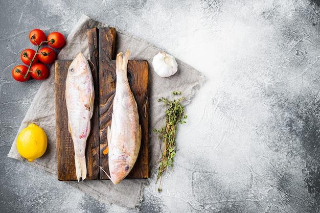 Salmonete fresco crudo o pescado entero barabulka