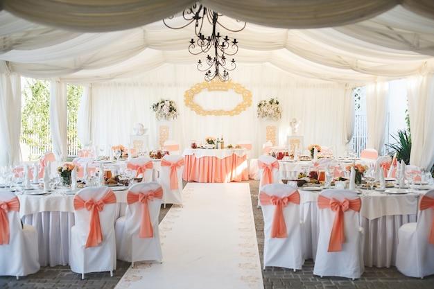 Salón de banquetes de boda decorado con flores.