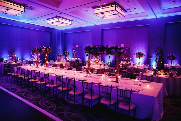 Salón de banquetes decorado con flores.