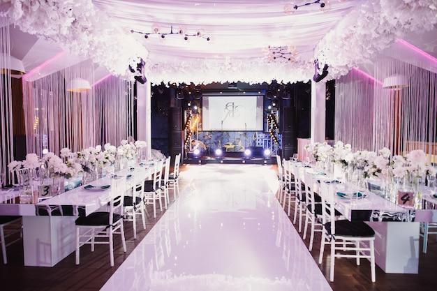 Salón de bodas preparado
