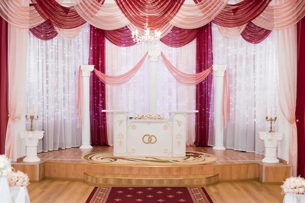 Salón de bodas en tonos amarillos