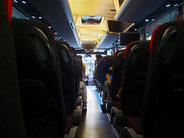 Salón de bus turístico antes de embarcar.