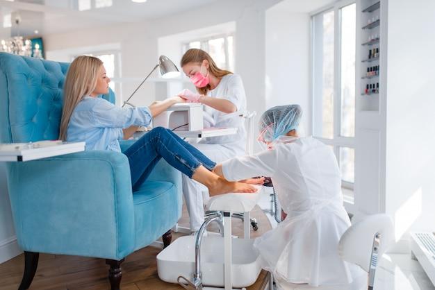 Salón de cosmetología, procedimiento de manicura y pedicura.