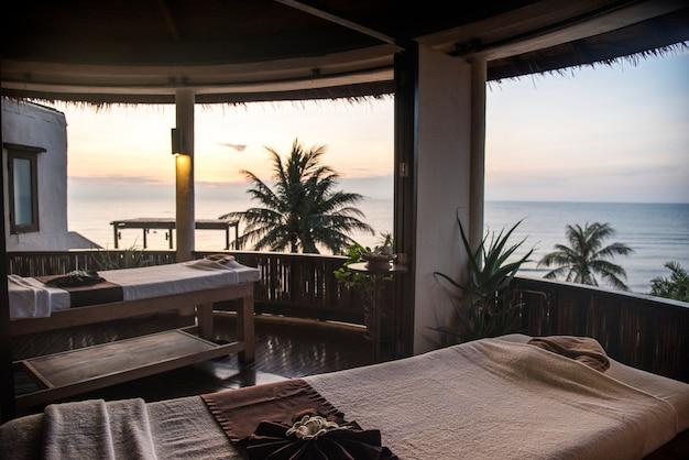 Salón de spa con vista a la playa