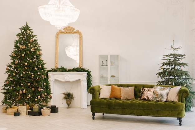 Salón con decoración navideña. fondo de vacaciones año nuevo