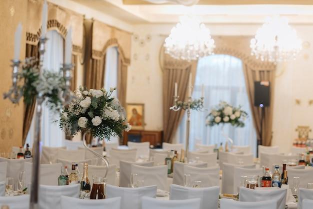 Salón decorado en el restaurante para una boda.
