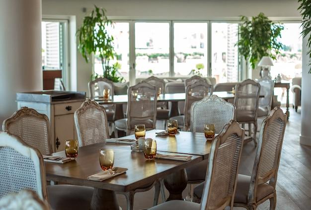 Salón de eventos mesa de madera con sillas rústicas