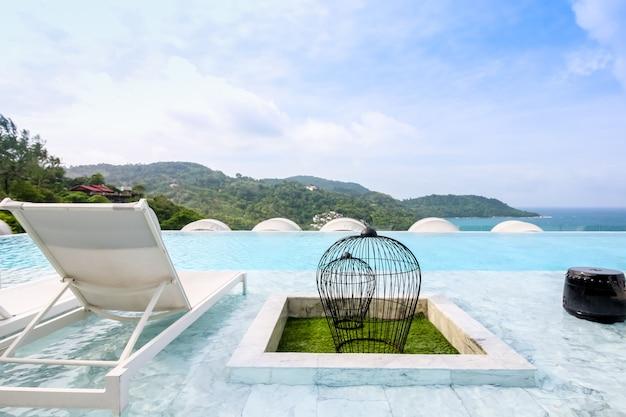 Salón de playa piscina con cama de piscina