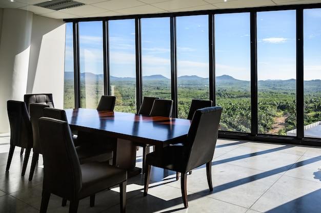 Salón principal moderno vista natural.