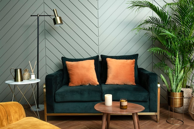Salón retro verde selva con diseño de interiores de sofá