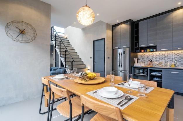 Salón tipo loft interior con mesa de comedor de la casa.