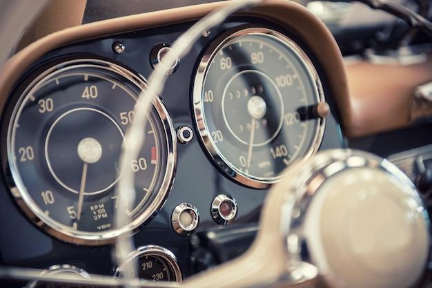 Salpicadero de un coche de época.