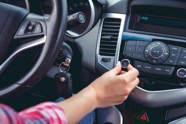 Salpicadero de coche. primer plano de radio