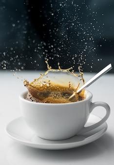 Salpicadura de café en taza blanca