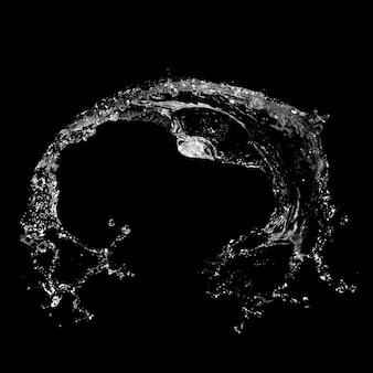 Salpicaduras de agua aislado sobre un fondo negro.