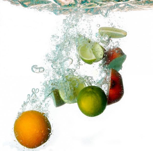 Salpicaduras de agua con frutas frescas