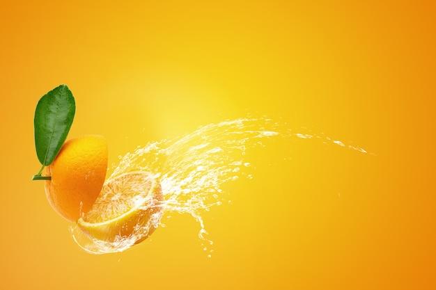 Salpicaduras de agua en naranjas en rodajas frescas y frutas de naranja en naranja