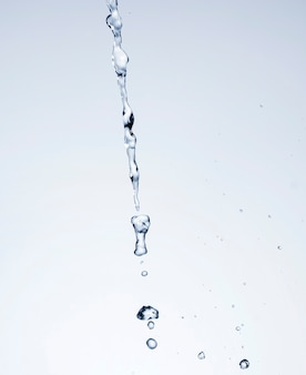 Salpicaduras de agua realista sobre fondo blanco.