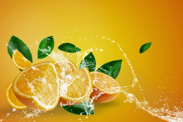 Salpicaduras de agua sobre naranjas frescas en rodajas y fruta naranja sobre fondo naranja