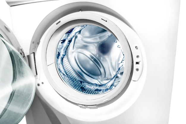 Salpicaduras de agua en tambor de lavadora