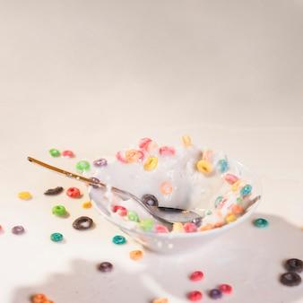 Salpicaduras de ángulo alto en un tazón con leche y cereales