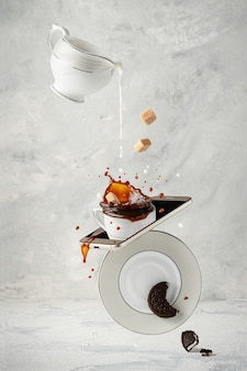 Salpicaduras de café con leche, azúcar de caña y galleta