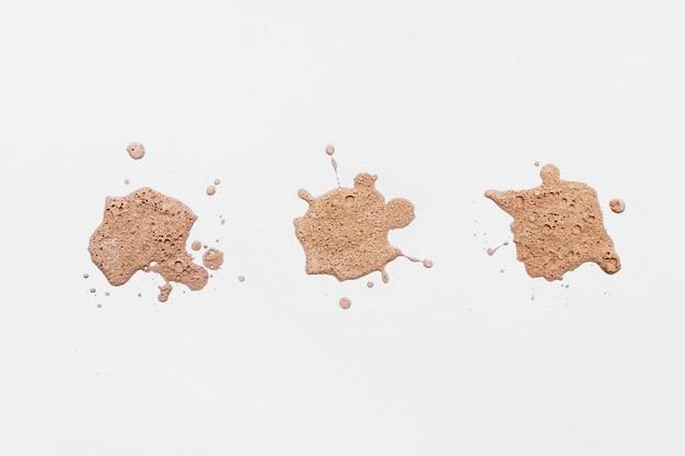 Salpicaduras de corrector cosmético aislado