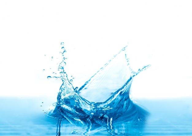 Salpicaduras de agua aisladas sobre fondo blanco