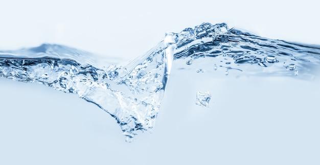 Salpicaduras de agua con burbujas de aire
