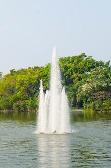 Salpicaduras de agua de la fuente en un día soleado