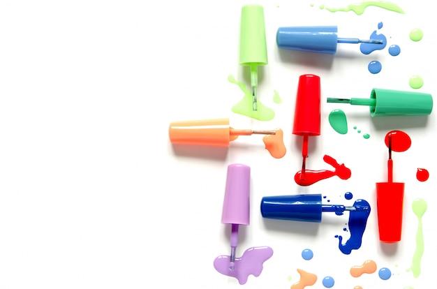 Salpicaduras de esmalte de uñas en blanco