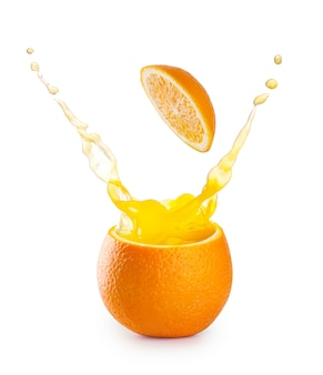 Salpicaduras de jugo de naranja en naranja