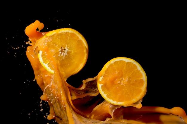 Salpicaduras de naranjas y jugo de naranja