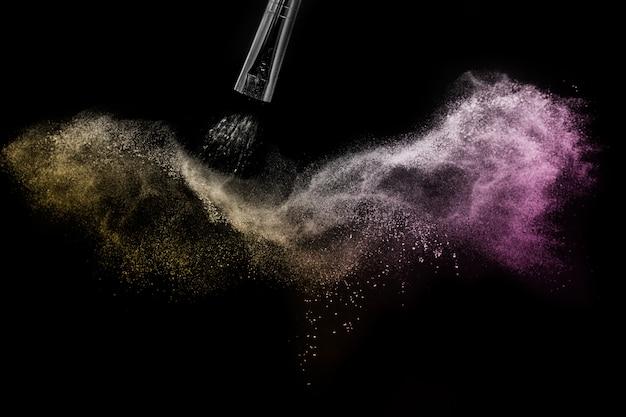 Salpicaduras y pinceles de polvo dorado y púrpura para maquilladores