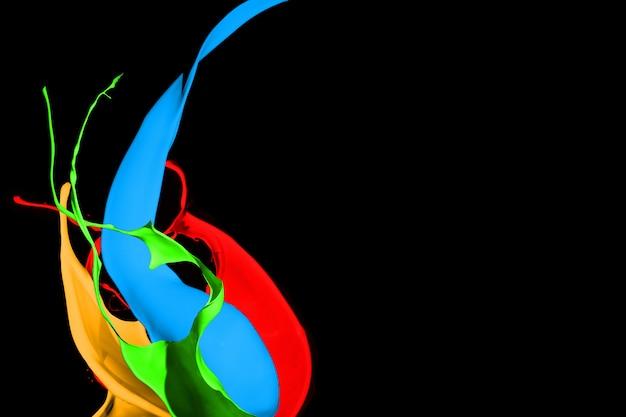 Salpicaduras de pintura de colores aislados sobre fondo negro