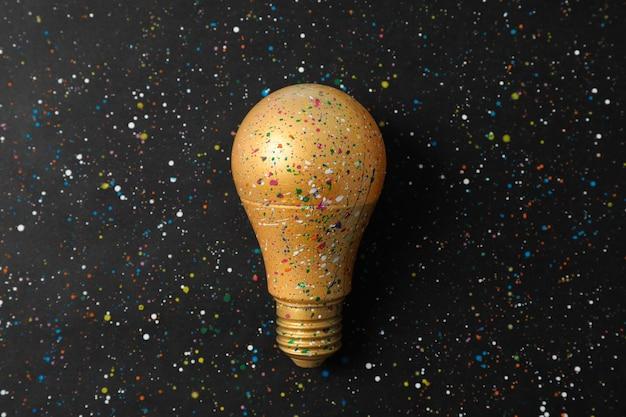 Salpicaduras de pintura y manchas en la bombilla. concepto de idea creativa