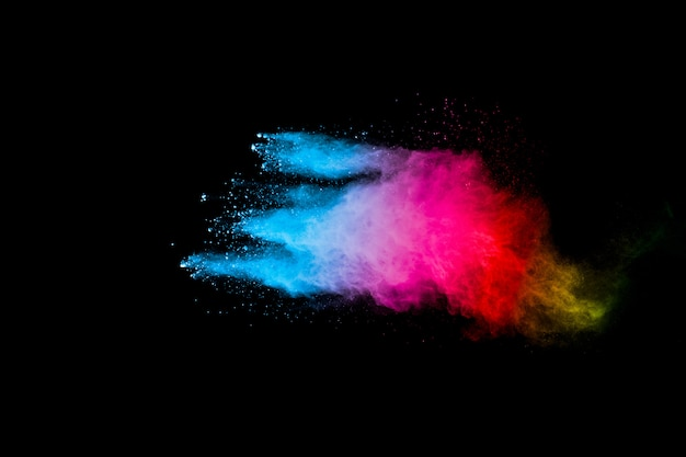 Salpicaduras de polvo de color del arco iris sobre superficie negra